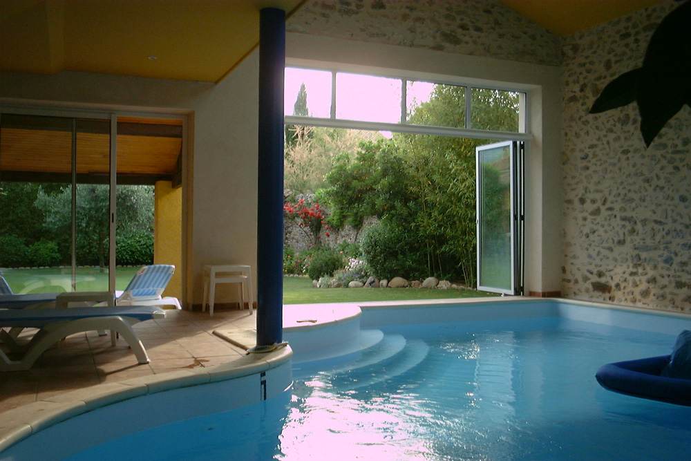 Restauration d une maison de village avec piscine aabc atelier d 39 architecture bernard chevalier for Piscine d interieur